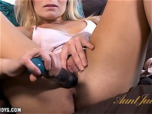 Blatan Lee creams up for her toy