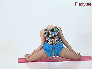 flexible honey Anka demonstrates nude gymnastics